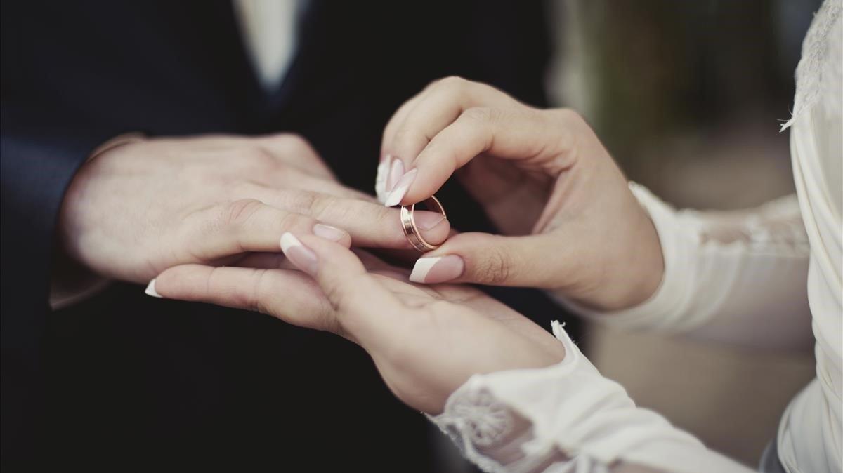 Una pareja contrayendo matrimonio, en una imagen de archivo.