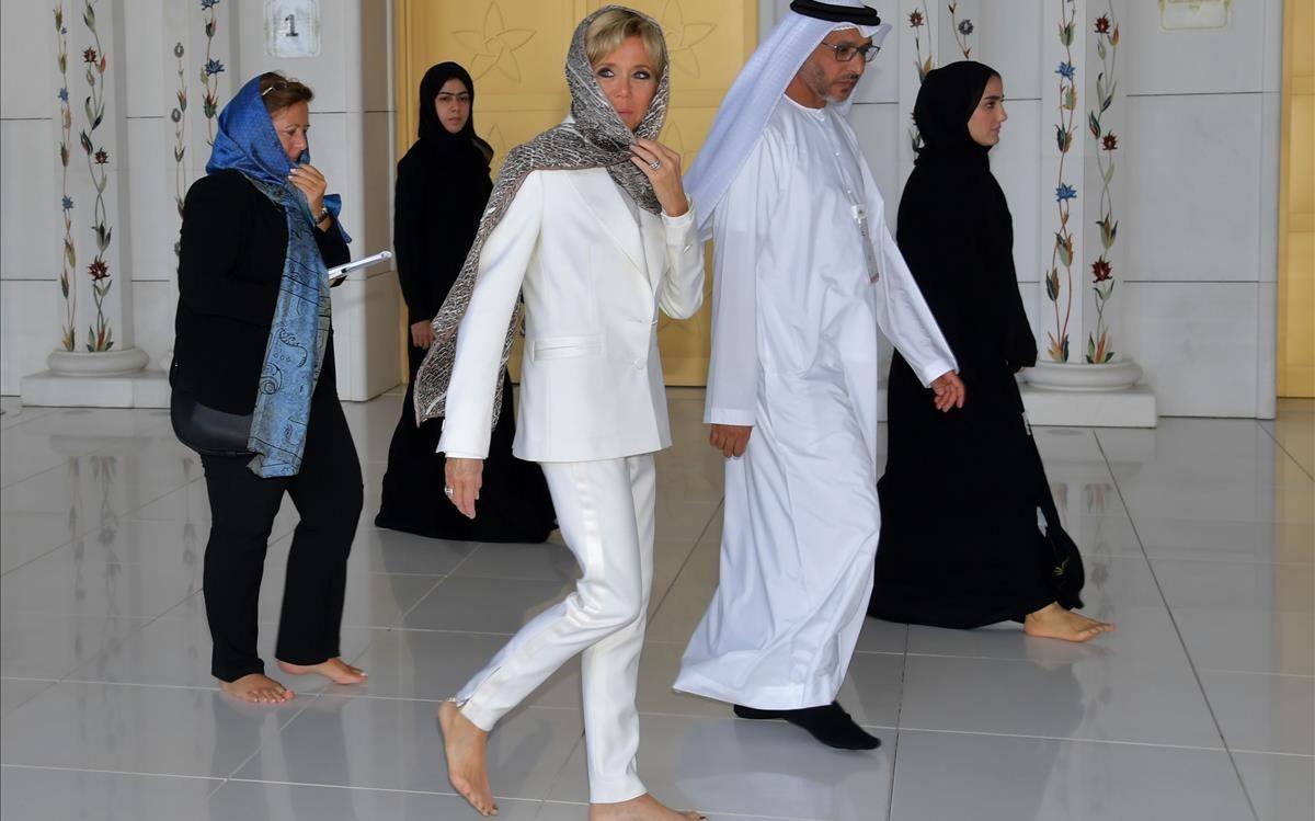 Brigitte Macron, en su visita a la Gran Mezquita de Abu Dabi.