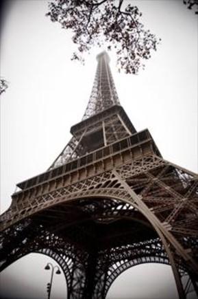 No ha caído la Torre Eiffel