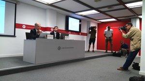 El responsable de estudios de la Cambra, Joan Ramon Rovira (izquierda), y el presidente, Joan Canadell, antes de la rueda de prensa sobre el estudio de la inversión extranjera en Catalunya.
