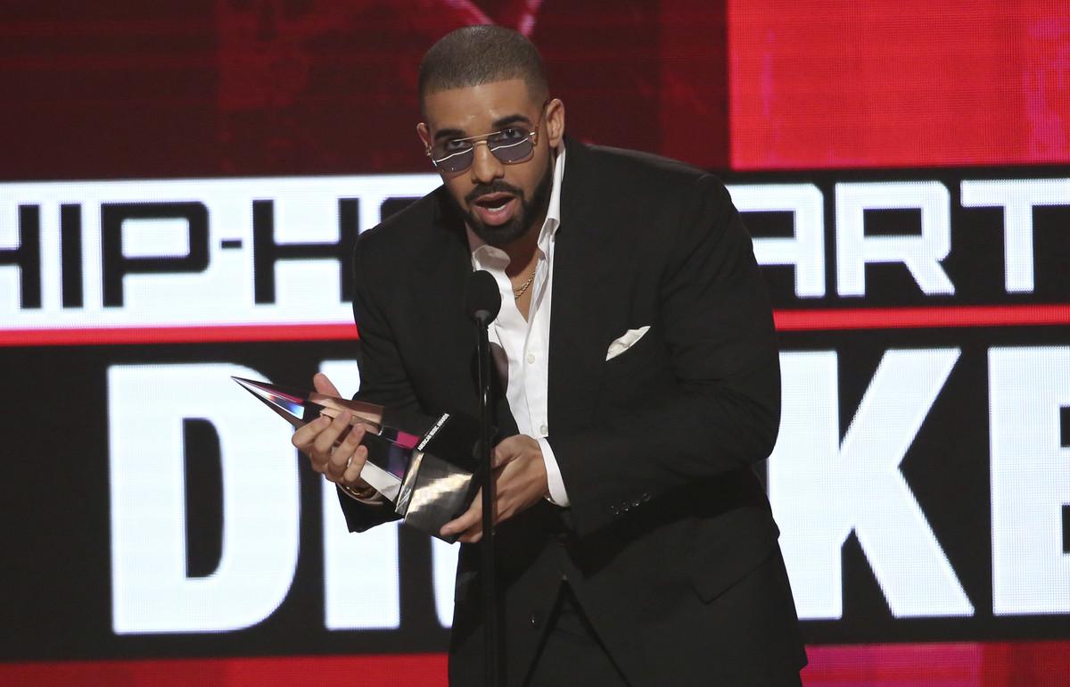 El canadiense Drake recoge el premio a mejor artista de rap / hip-hop, en la gala de los American Music Awards.