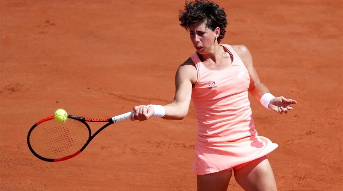 Carla Suárez, en acción ayer en Roland Garros.