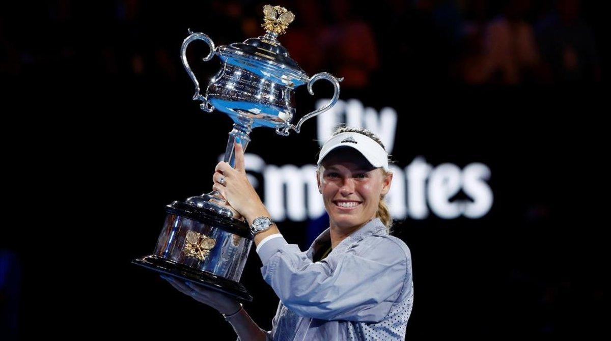 Caroline Wozniacki exhibe el trofeo del Open de Australia que conquistó en enero del 2018 al vencer en la final a Simona Halep.