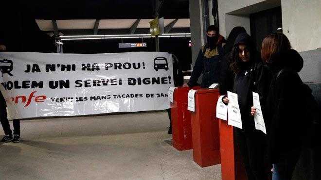 Carteles en defensa de la huelga de billetes de Renfe en la estación de Manresa.