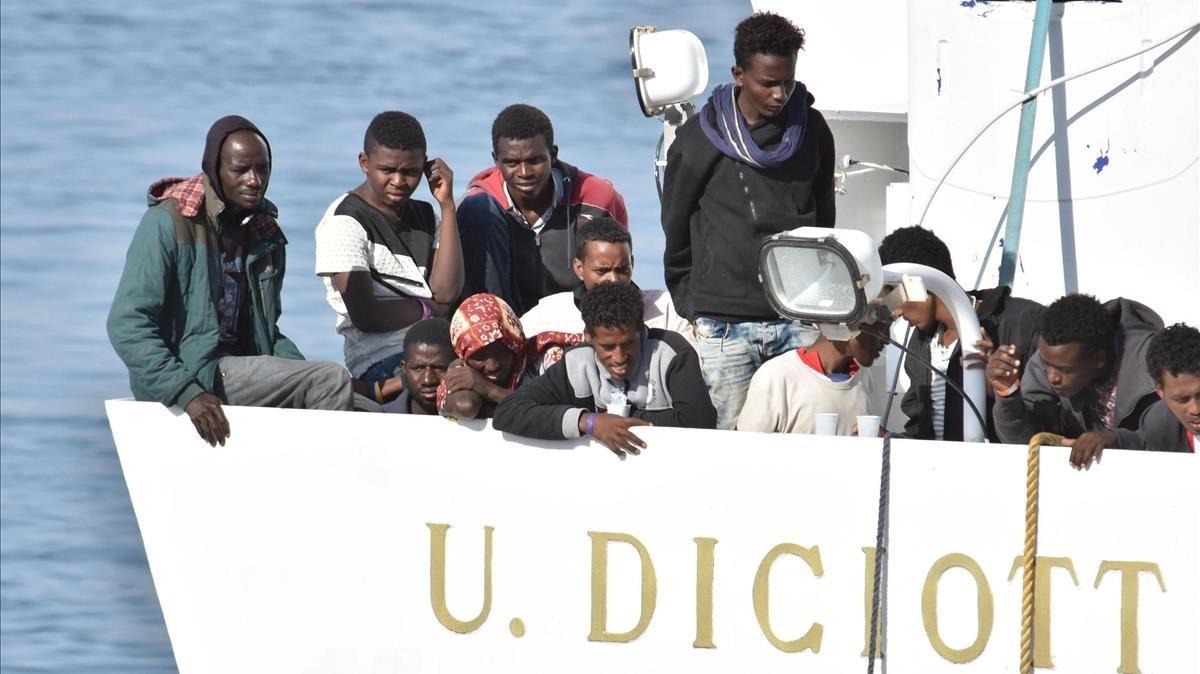 Variosmigrantes a bordo delDiciotti en el puerto de Catania.