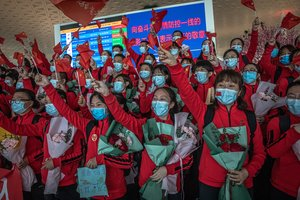 Wuhan (China), 07/04/2020.- Medical workers from The First Bethune Hospital of Jilin University cheer during a ceremony at the airport as they prepare to leave after the lockdown was lifted, in Wuhan, China, 08 April 2020. Wuhan, the epicenter of the coronavirus outbreak, lifted the lockdown on 08 April 2020, allowing people to leave the city after more than two months. According to Chinese government figures, over 2,500 people have died of Covid-19 in Wuhan since the outbreak began. EFE/EPA/ROMAN PILIPEY