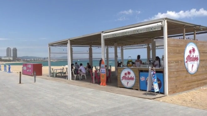 Chiringuito abierto en la playa de Sant Sebastià, en Barcelona.