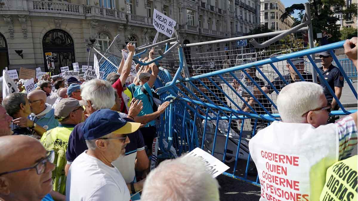 Decenas de jubilados se han concentrado esta mañana a las puertas del Congreso de los Diputados en Madrid para pedir unas pensiones más dignas.