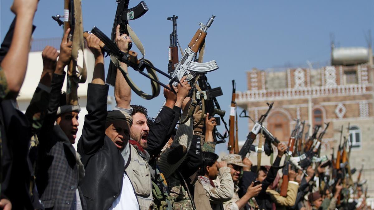Combatientes de una tribu leal al movimiento huti exhiben sus armas, este jueves 21 de diciembre.