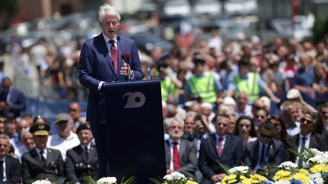 Comienzan los festejos en Kosovo por el 20 aniversario del final de la guerra. En la foto, Bill Clinton durante el discurso pronunciado en Pristina.