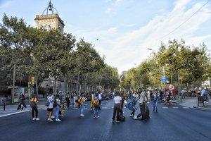 Concentración de estudiantes en plaza Universitat, que corta la Gran Via.