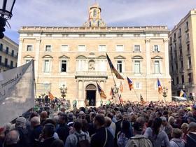 Concentración en la plaza de Sant Jaume en defensa de los alcaldes investigados por el referéndum del 1-O.