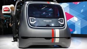 El consejero delegado de Volkswagen, Matthias Mueller, con uno de los nuevos vehículos eléctricos de la firma.