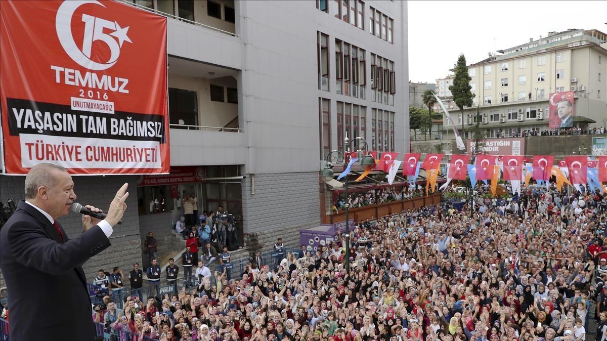 El presidente turcoRecep Tayyip en un acto con sus seguidores este sábado enla ciudad de Riza, en el Mar Negro.