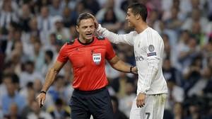 Cristiano da las gracias al árbitro, que le perdonó la amarilla por marcar con las manos.