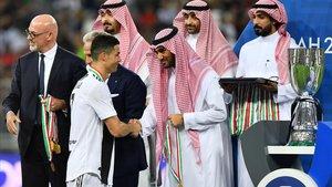 Cristiano Ronaldo recoge la medalla de campeón en Arabia Saudí.