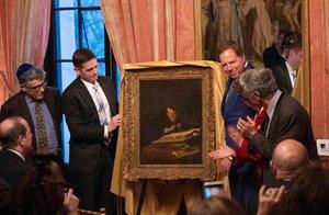 Los bisnietos del propietario original de la obra pintada por Koninck en 1639 posan junto al fiscal del distrito Sur de Nueva York y el representante del FBI.