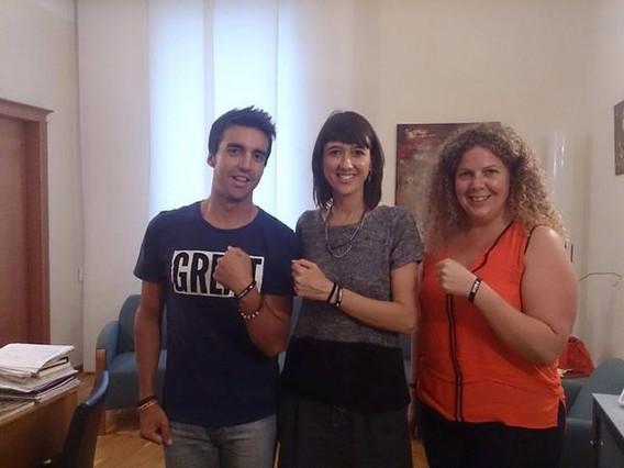 El deportista Raul Santos y la alcaldesa, Núria Parlon, muestran las pulseras solidarias del proyecto #Imheart.