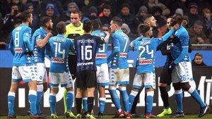 Discusión entre los jugadores del Inter y el Nápoles en un partido de liga italiana en 2018.