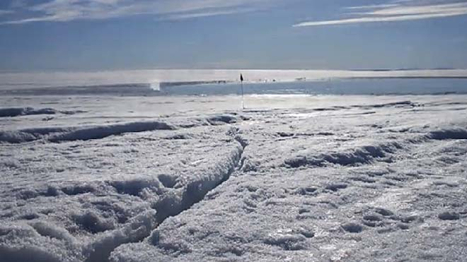 Cinco mil millones de litros de agua drenaron al lecho de la capa de hielo en menos de cinco horas, suficiente para levantar el hielo de un kilómetro de espesor en más de medio metro.