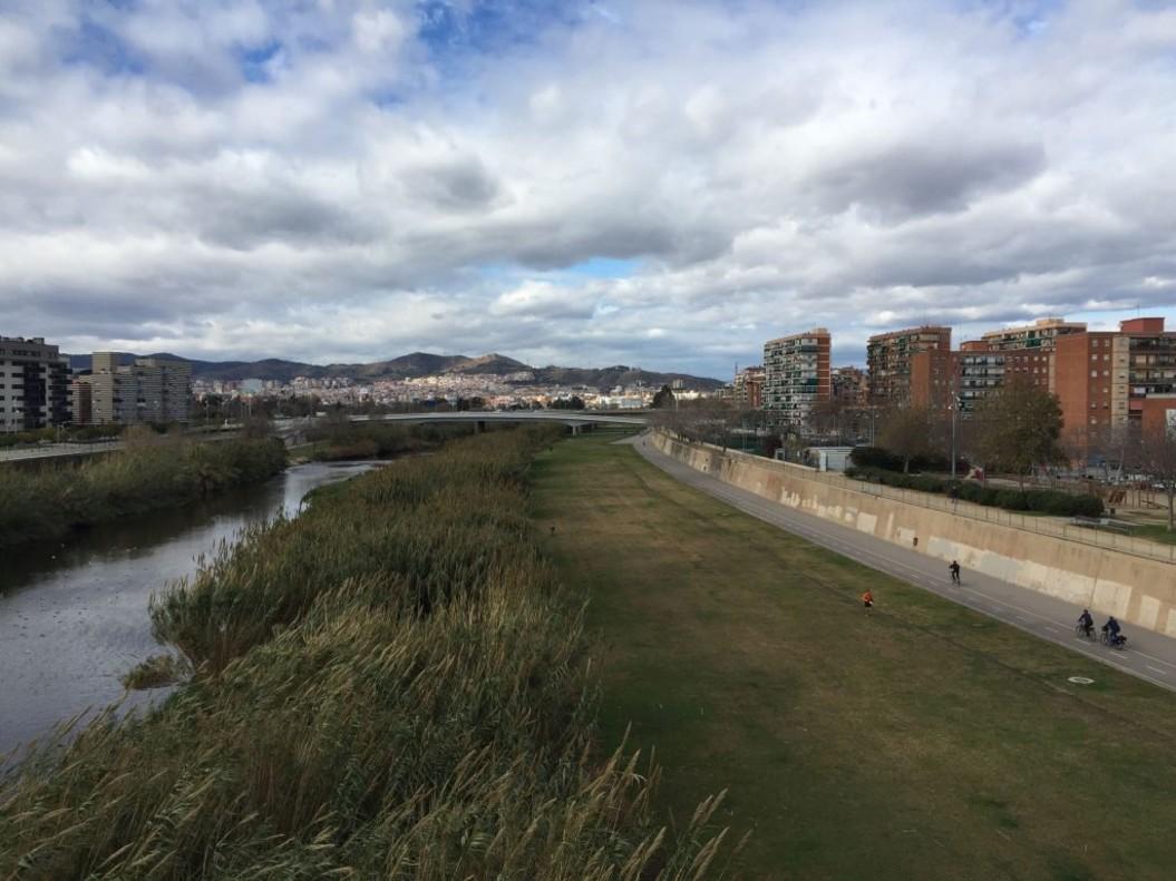 Las familias que accedan al programa tienen que vivir en uno de los diez barrios del eje Besòs, estar empadronados en Barcelona desde hace al menos dos años y tener uno o más miembros de 25 a 60 años.