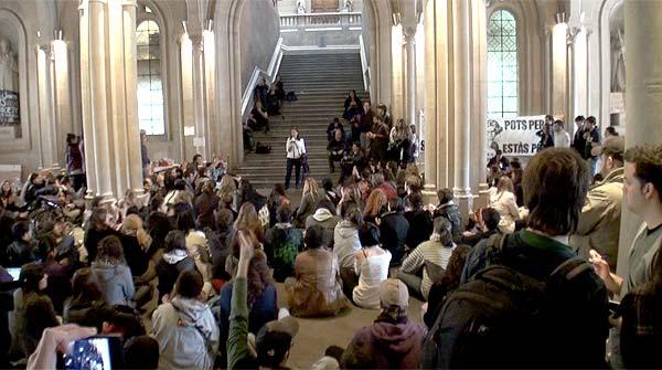 Els estudiants instal·lats al rectorat de la UB decideixen mantenir locupació.