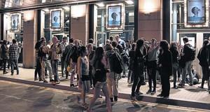 La entrada del cine Aribau, tras una proyección, en la pasada edición de DocsBarcelona.