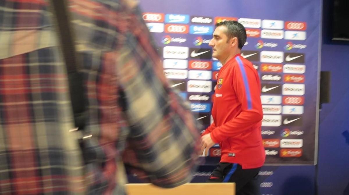 Ernesto Valverde camina, hoy, hacia la mesa donde ha dado su habitual conferencia de prensa.