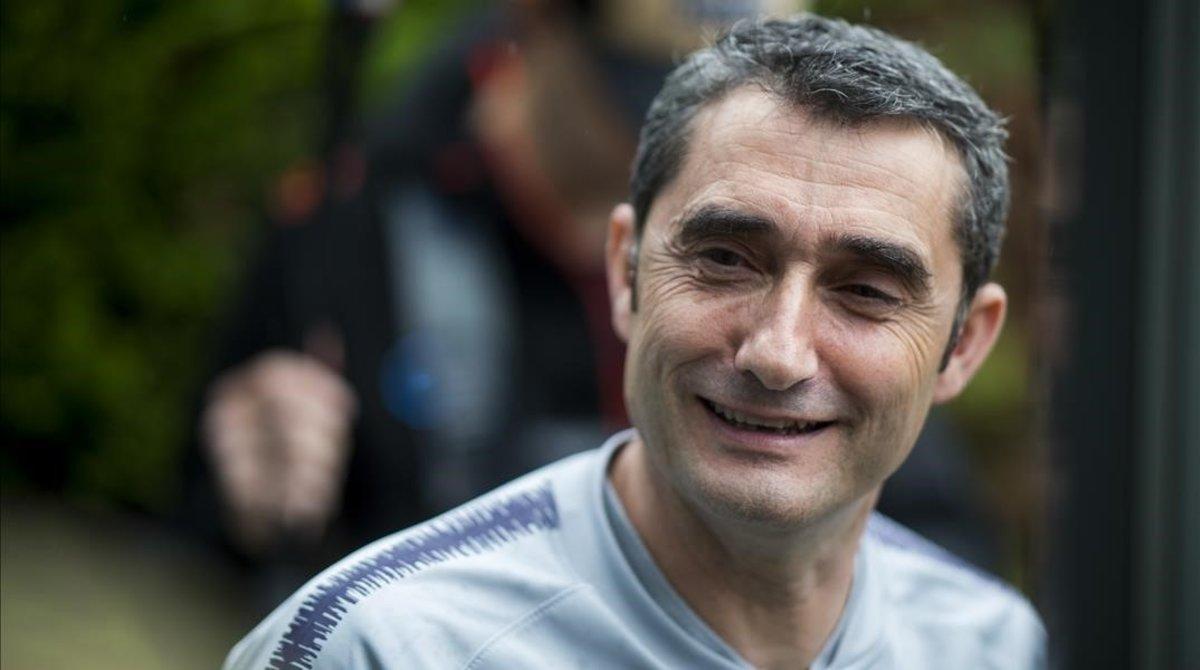 Ernesto Valverde, a punto de entrar en la sala de prensa de la ciudad deportiva de Sant Joan Despí