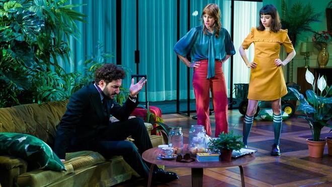 Escena de la obra de teatro 'La importància de ser Frank', con Miki Esparbé, Paula Malia y Paula Jornet.
