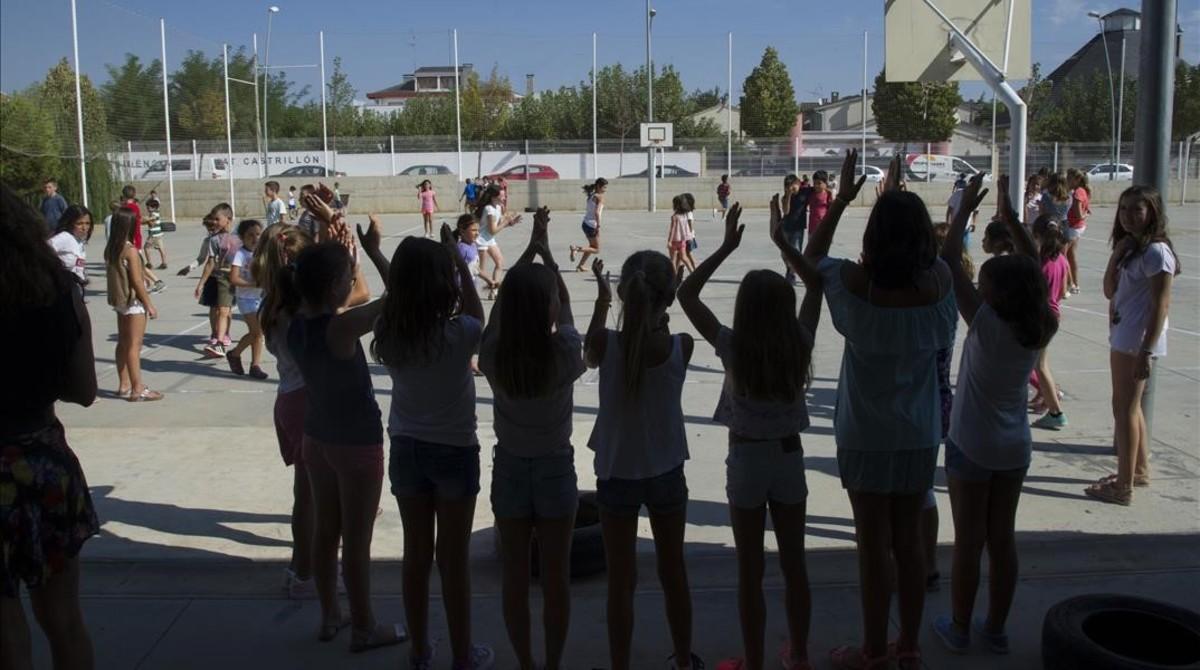 Un grupo de alumnas en las escuela Ciutat Jardí de Lleida, a la hora del recreo.