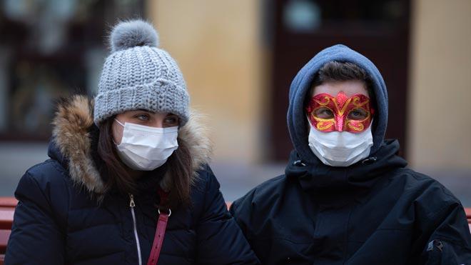 España amplía la prevención frente al coronavirus por la situación en Italia. En la foto, turistas en Venecia.