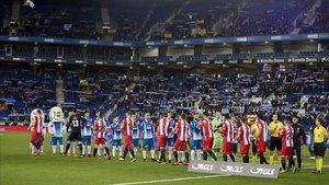 Saludo protocolario entre el Espanyoly el Girona en elque fue el primer partido en Primera División entre ambos, en el 2017.