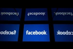 El logo de Facebook en un evento en París.