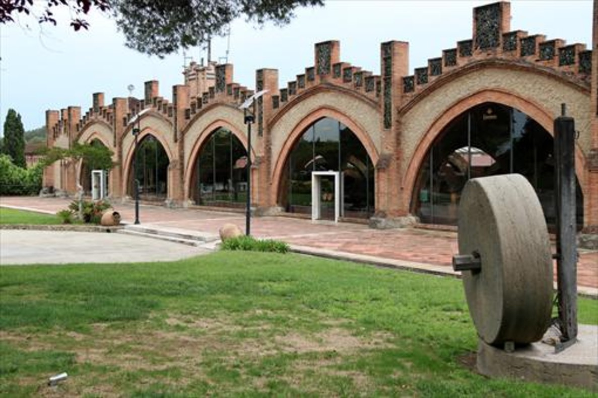 Fachada de las cavas en Sant Sadurní dAnoia de Codorníu, que ha decidido trasladarse fuera de Catalunya.