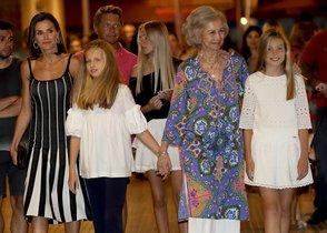 GRAF2042. PALMA DE MALLORCA, 03/08/2019.- La reina Letizia junto a sus hijas y la reina Sofía a la salida esta noche del Auditorio de Palma de Mallorca tras presenciar El lago de los cisnes. EFE/ Ballesteros