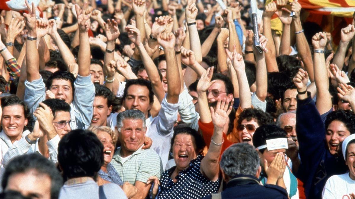 Barceloneses celebran la nominación olímpica de Barcelona, el 17 de octubre de 1986.