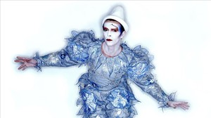 En el icónico vídeo 'Ashes to ashes', Bowie lució este traje de 'payaso azul' diseñado por Natasha Korniloff