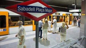 Vecinos de Sabadell durante la jornada de puertas abiertasde las estaciones deFerrocarrils de la Generalitat (FGC).