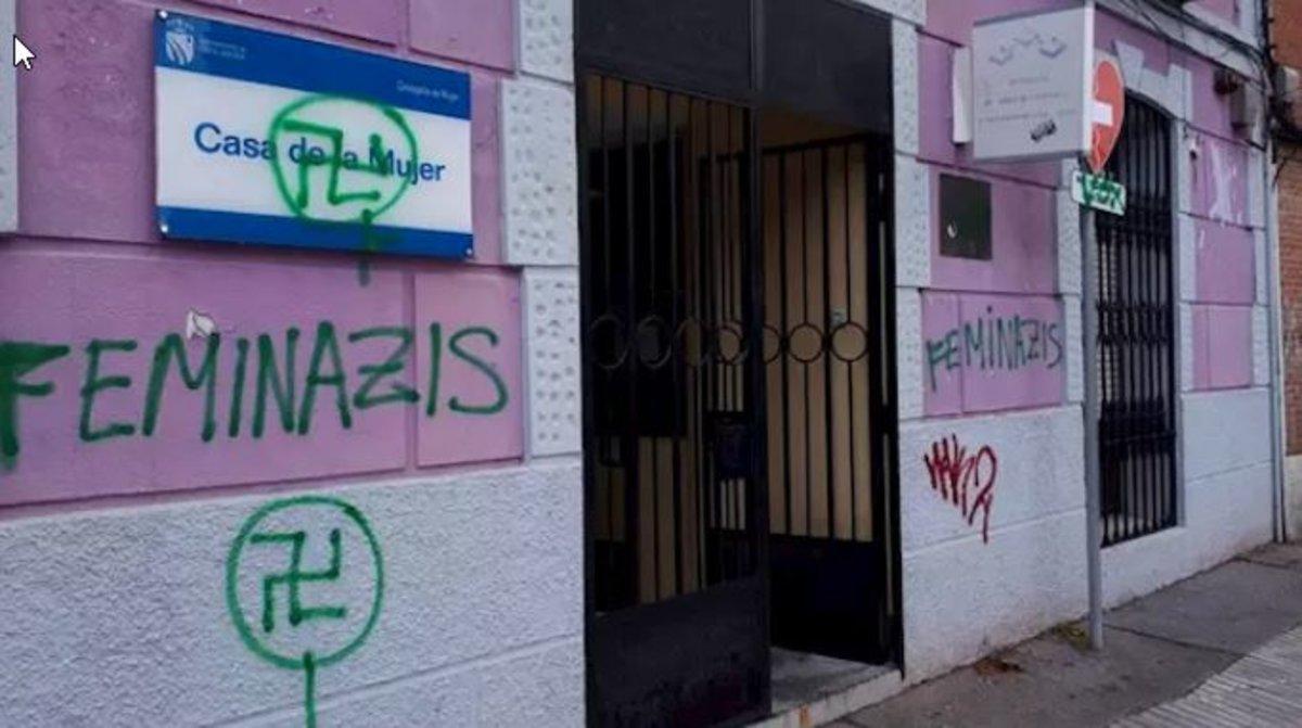 Aparecen pintadas con esvásticas, las siglas de Vox y 'Feminazis' en tres centros feministas de Fuenlabrada