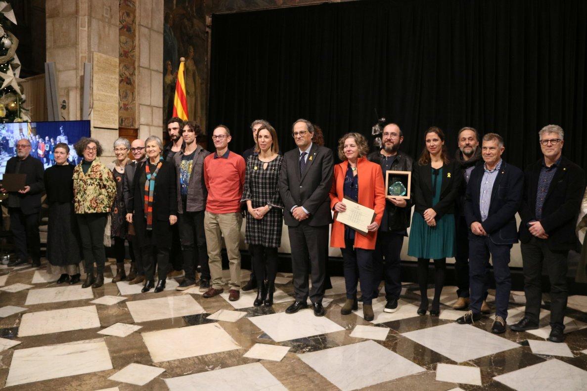 Foto de familia de los galardonados con los Premios Nacionales de Artesanía 2018 con el presidente de la Generalitat, Quim Torra, y la consejera de Empresa, Ángeles Chacón.
