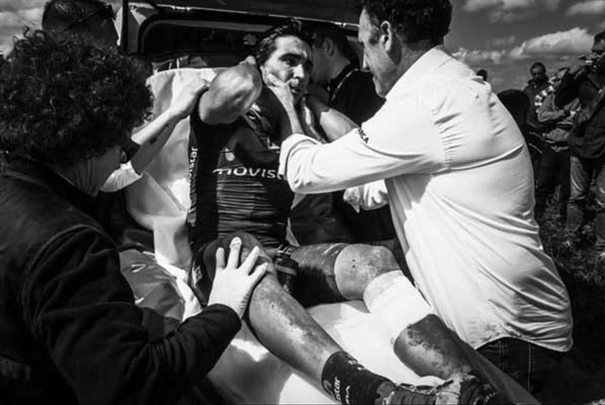 Fran Ventoso, consolado por su director García Acosta, en una ambulancia de la París-Roubaix.