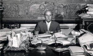 Francisco Franco, sentado ante la mesa de su despacho del palacio de El Pardo, habitualmente atestada de papeles.