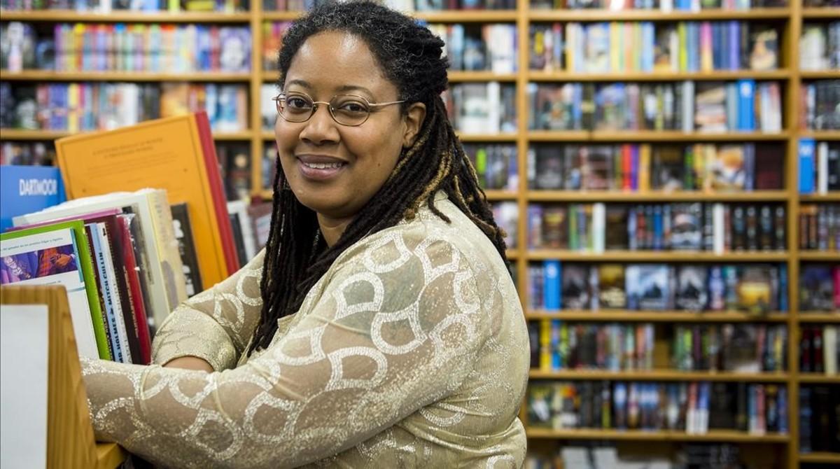 La ganadora del premio Hugo de ciencia ficcion 2016  la escritora N K Jemisin posa en la librería Gigamesh