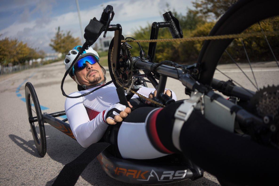 Sergio Garrote, en pleno esfuerzo, durante un entrenamiento con su 'handbike'.