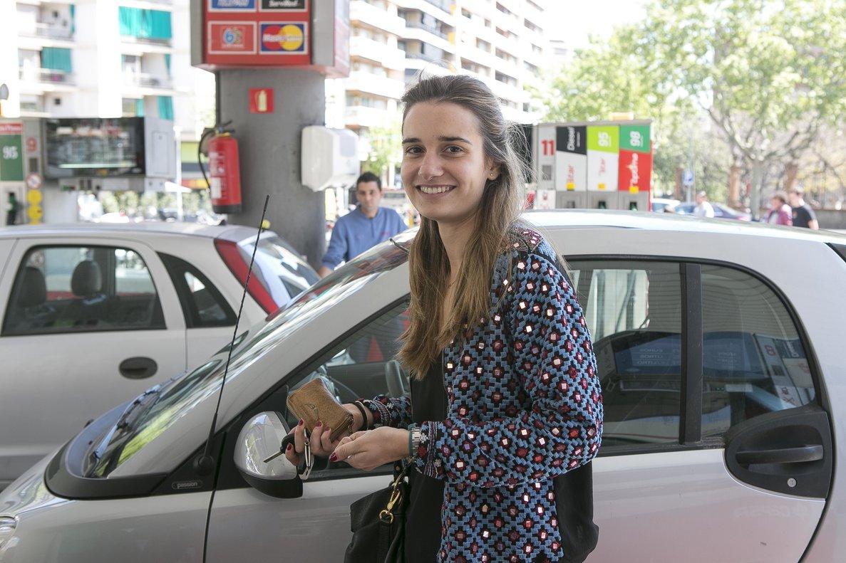 Imagen de archivo. Una joven en una estación de servicio del área de Barcelona.