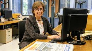 La gestora administrativa Concha Forteza resuelve las dudas de los lectores en la redacción de EL PERIÓDICO.