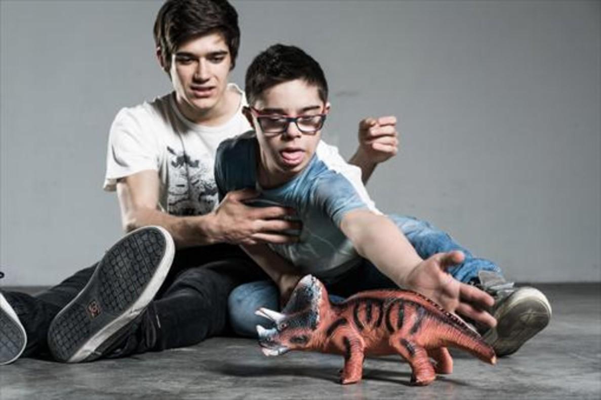 Giacomo Mazzariol, jugando con su hermano Giovanni con un dinosaurio de juguete.