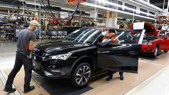 El Gobierno destinará 3.750 millones al plan de apoyo al automóvil. En la foto, línea de producción en la planta de SEAT en Martorell.