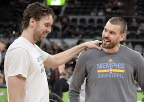 SAN04. SAN ANTONIO (TX, EE.UU.), 04/04/2017.- El jugador de Spurs Pau Gasol (i) conversa con su hermano Marc Gasol (d), de Grizzlies, hoy, martes 4 de abril de 2017, antes de un partido entre Grizzlies y Spurs por la NBA en San Antonio, Texas (EE.UU.). EFE/D. W. Abate